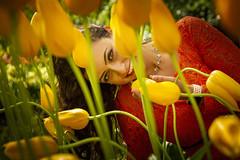 Girl & Tulips (♥siebe ©) Tags: 2018 holland keukenhof lisse nederland netherlands siebebaardafotografie thenetherlands bloemen dutch flowers fotoshoot photoshoot portrait portret tulips wwwsiebebaardafotografienl geel yellow tulip tulpen tulp woman girl smile fun eyes ogen