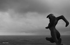 Punta Nariga - Malpica - La Coruña (Manu Varela - Fotografía Aeronáutica y algo más) Tags: faro lighthouse punta nariga ponteceso malpica coruña galicia spain escultura cesar portela figura hierro verde mar sea gris nubes nublado cloud