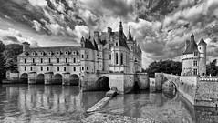 Château de Chenonceau vu depuis le jardin de Diane (Livith Muse) Tags: château nuage rivière eau arbre nb chenonceaux centre france fra panachallenge panasonic 714mm lumix lumixgvario714f40 panasonic714mmf40 dxo silverefex