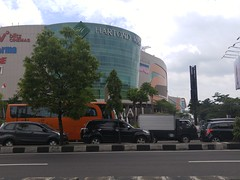Java Yogyakarta Mall 20171221_110807 LG (CanadaGood) Tags: asia asean seasia indonesia indonesian java javanese specialregionofyogyakarta centraljava yogyakarta yogya jogja building tree shopping shoppingmall architecture traffic highway canadagood 2017 thisdecade color colour cameraphone green