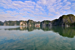 Duas mil illas - Two thousand islands (Gato M) Tags: vietnam halong cloud sky mar sea reflejo reflection barco ship landscape paisaje viaje travel asia
