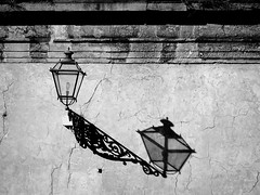 Il segno dell'ombra (fotomie2009) Tags: shadow ombra street lamp lampione bn bw monochrome monocromo lucca toscana tuscany