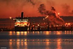 entre mer et terre (fotodeludo) Tags: mer bateau usine soleil sombre polution lumière