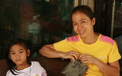 mother and daughter (the foreign photographer - ฝรั่งถ่) Tags: mother daughter sitting wooden bench khlong thanon portraits bangkhen bangkok thailand canon