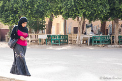 Egyptian lady, Luxor. (Roberto Bendini) Tags: garden scarf lady street egypt egitto cairo luxor temple