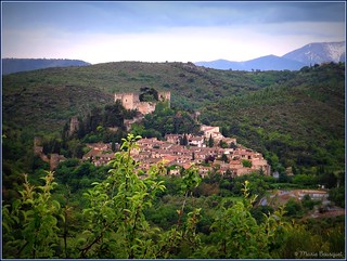 Vue d'ensemble sur le village de Castelnou dominé par son château