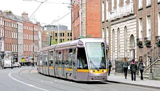 LUAS Dublin: Green Line 4009 southbound in Harcourt Street