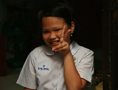 girl in her new school uniform (the foreign photographer - ฝรั่งถ่) Tags: girl child student school uniform peace sign khlong thanon portraits bangkhen bangkok thailand canon