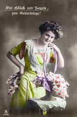 1912 Geburtstagsgruss (zimmermann8821) Tags: deutschesreich deutscheskaiserreich deutschland blumen blumenarrangement damenfrisur damenmode frisur kleid kunstblumen mode atelierfotografie cartedevisite fotografie fotografiekoloriert gruskarte gruskartefeiertag postkarte geburtstag