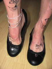 new leather ballet flats, barefoot shoeplay (Isabelle.Sandrine2000) Tags: deflexcomfort anklet tattoo shoes pumps leather feet legs ballerinas ballet flats