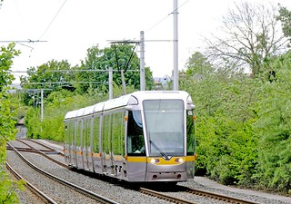 LUAS, Dublin: Green Line 4006 northbound approaching Beechwood