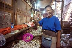 happy garlic (kuuan) Tags: indonesia voigtländerheliarf4515mm manualfocus mf voigtländer15mm aspherical f4515mm superwideheliar apsc sonynex5n portrait solo surakarta street java market bazaar pasar pasarlegi stall woman garlic smile marketstall eyes eyecontact