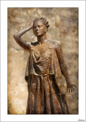 Me tenéis hasta la coronilla (V- strom) Tags: escultura sculpture mujer woman bronce bronze mérida extremadura españa concepto concept nikon nikond700 nikon2470 luz light recuerdo memory viaje travel texturas textura textures vstrom metal