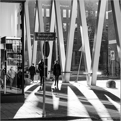 Verlengde Nieuwstraat (John Riper - AWAY FOR AWHILE) Tags: johnriper street photography straatfotografie square vierkant bw black white zwartwit mono monochrome netherlands candid john riper rotterdam verlengde nieuwstraat ploum lodder princen backlight shadows lines blaak jan scharpstraat people reflections fujifilm xt1 xf18135
