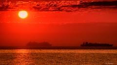 Al amanecer (Carpetovetón) Tags: amanecer mar buque sol horizonte colores castrourdiales cantabria nikond200 tamron70200 españa