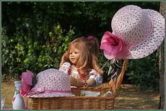 Anne-Moni immer gut behütet ... (Kindergartenkinder 2018) Tags: schloss lembeck kindergartenkinder annemoni annette himstedt dolls