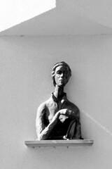 DSC_5536  Büste, Frauenskulptur an einer Hausfassade in der Lambertistraße von Münster. (stadt + land) Tags: stadt münster bundesland nordrhein westfahlen fahrradstadt bilder rundgang impressionen altstadt mitglied hansestadt hanse täufer reformation büste frauenskulptur hausfassade lambertistrase