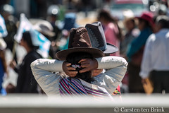 Straighten the hat, tidy the hair (10b travelling / Carsten ten Brink) Tags: 10btravelling 2017 america americas ancash andean andes callejóndehuaylas carstentenbrink huaraz iptcbasic latin latinamerica perou peru peruvian perú southamerica sudamerica sudamérica suedamerika suramérica costume hair hat serrano sierra tenbrink tidying traditional woman