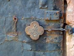"""La """"Porte-chance"""" ... (FloDL) Tags: alsace hautrhin hautkoenigsbourg château serrure trèfleàquatrefeuilles portebonheur chance moyenâge porte fer métal ancienne luke castel door"""