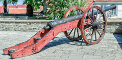 The Red Lion Cannon, Tallinn, Estonia (Gösta Knochenhauer) Tags: p9150432nik p9150432 nik 2018 may panasonic lumix fz1000 dmcfz1000 tallinn vanalinna old town estonia cannon red lion eesti