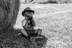 little reporter (nicolaspetit7878) Tags: kid children enfant extérieur baby bébé garçon boy littel portrait pose personne people photography portraiture émotion composition herbe foins nikon nikond5500 nature nb noiretblanc blackwhite bw ca camera chapeau