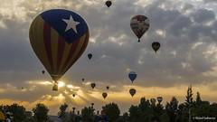 2586  Globos al atardecer (Ricard Gabarrús) Tags: globos globo atardecer nubes balloon olympus aire cielo ricardgabarrus ricgaba