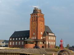 Lotsenhaus- pilot house (Anke knipst) Tags: elbe lotsenhaus hamburg germany pilothouse pegelturm levelindicator uhr clock