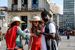 Milano, città aperta all'accoglienza (Gian Floridia) Tags: africa europa mediterraneo milano accoglienza africano amicizia amuleto cappelli continenti cultura incrocio integrazione migranti multietnica nonabbiamopaura paglia ponti portafortuna ragazze ragazzo rosso scambio