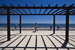 La pérgola (ricardocarmonafdez) Tags: huelva matalascañas playa beach coastline seashore horizonte horizon sunlight shadows light contrast cielo sky blue azul mar sea people pérgola arbor 60d canon 1785isusm
