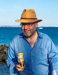 6M7A2762 (hallbæck) Tags: portræt portrait bøfbent øresund blå hat briller øl kaiserdomkellerbier humlebæk denmark sommer frokost porträt ritratto retrato porträtt portret bent sundet håndholdt beer bier slettenhavn ven hven