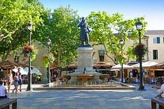 France, la place du Roi Saint Louis à Aigues Mortes (Roger-11-Narbonne) Tags: aiguesmortes ville médièvale tour remparts rue porte roi louis