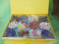 034 (en-ri) Tags: caramelline vetrina sony sonysti zucchero sugar viola bianco marrone rosa verde arancione giallo scatolina box