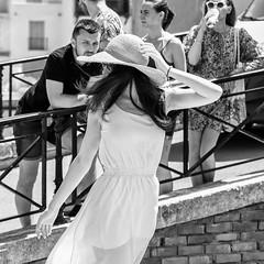 Pose au chapeau (fyve) Tags: pentax k1ii fyve pentaxart dfa2470 nb noir blanc noiretblanc bw black white blackandwhite monochrome woman femme beauty