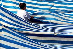 Il mezzo marinaio (meghimeg) Tags: 2018 lavagna barche boat copertura cover bimbo boy marinaio sailor azzurro blu blue strisce stripes