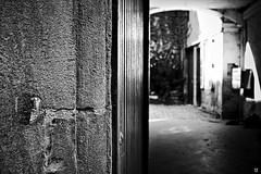 A La Porte (Fred Luckythirteen) Tags: canon powershot g7x rawtherapee gimp noir noirblanc noiretblanc black blackwhite monochrome metz moselle 57 lorraine france porte entrée