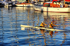 Crossing snakes (Fnikos) Tags: port puerto porto harbour harbor rowing remo remar sea mar mare water waterfront sunset boat oar reflection people outdoor