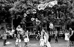 Bubbles and smiles: let´s play... (PURIFM) Tags: nikon city people blackandwhite white street blancoynegro calle ciudad gente diversion fun bubbles