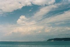 x (alex//b) Tags: 2018 prakticamtl5 vintage film analog kodakportra400 kroatien croatia jugoslawien yugoslavia velebit gebirge mountains landscape landschaft inselpag island meer sea mittelmeer mediterraneansea adriaküste adriaticcoast türkis turquoise wolken clouds sky himmel