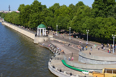 View on Gorky Park from Andreyevskiy Bridge (Shark CR Photo) Tags: canoneos7dmk2 russia2018 moscow river cityscape water waves embankment pergola park people rest weekend sunbathing trees wharf