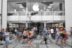 Apple Rush (joseph_donnelly) Tags: munich münchen germany bayern apple applestore selective colour bw movement rush blur