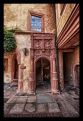 Mespelbrunn - Schloss Mespelbrunn Treppenportal mit dem Hausspruch (Daniel Mennerich) Tags: bayern bavaria mespelbrunncastle schlossmespelbrunn mespelbrunn