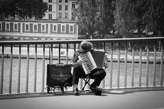 Sur un air de guinguette (Pascalala) Tags: accordéon paris rue street pont bridge niko nikond610 nikonafs28300f3556edvr noiretblanc noirblanc blackandwhite blackwhite france homme man musique music