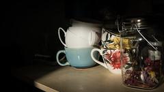 8 Heure du matin, le soleil entre dans la cuisine..... (peu présente...ailleurs !) Tags: intérieur ilfaitchaud ilfaitbeau soleil lumière cuisine chezmoi chat jazzy bouquet tasses