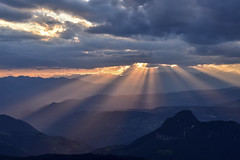 PaesaggiDolomiti4-0985 (improsara) Tags: dolomiti dolomiten trekking hiking montagna berge mountains tramonto sonnenuntergang sunset lichtstrahlen luce light licht raggi di rays nubi nubialtramontocloudswolken