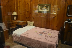 Route 66 Museum (Adventurer Dustin Holmes) Tags: 2018 route66 us66 missouri66 missouri lacledecounty publiclibrary lebanonmo lebanonmissouri lebanon museum attraction touristattraction tourism indoor library lebanonlacledecountylibrarycentrallibrary lebanonlacledecountylibrary exhibit display pillow bed room blanket bedding old antique lamp chair desk telephone phone