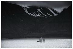 The Leaving (RadarO´Reilly) Tags: ísafjörður island iceland nordatlantik northatlantic boot boat berg mountain sw schwarzweis bw blackwhite blanconegro monochrome noiretblanc zwartwit