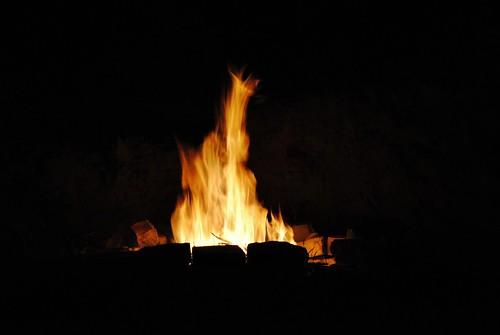 v čachticách u přehrádky při ohňu