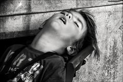 100% confiant! / 100% trust! (vedebe) Tags: netb noiretblanc nb bw monochrome humain human enfant child ville city rue street urbain urban dormir sommeil portraits portrait