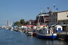 Fischerhafen Warnemünde (Renata1109) Tags: boot wasser himmel meer gebäude ostsee warnemünde fischerboot