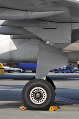 Airbus A320: main landing gear (A380spotter) Tags: turnaround undercarriage landinggear maingear chocks blocks a320 200 eclop allyouneedisvueling internationalconsolidatedairlinesgroupsa iag vuelingairlinessa vuelingcom vlg vy vy63mb vy6225 lgwfco apron gate5 stand05m pier1 southterminal london gatwick egkk lgw